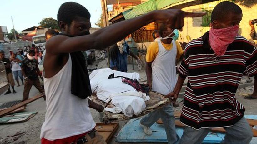 Erdbebenopfer in Haiti: Die anfängliche Solidarität der Menschen auf Haiti war groß. Jetzt droht sie jedoch langsam in Resignation und Wut umzuschlagen, wenn Hilfe nicht bald kommt