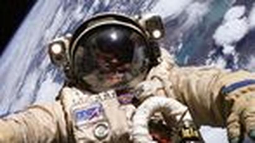 Schwarze Löcher: Verbrutzelt der Astronaut oder wird er zerfetzt?