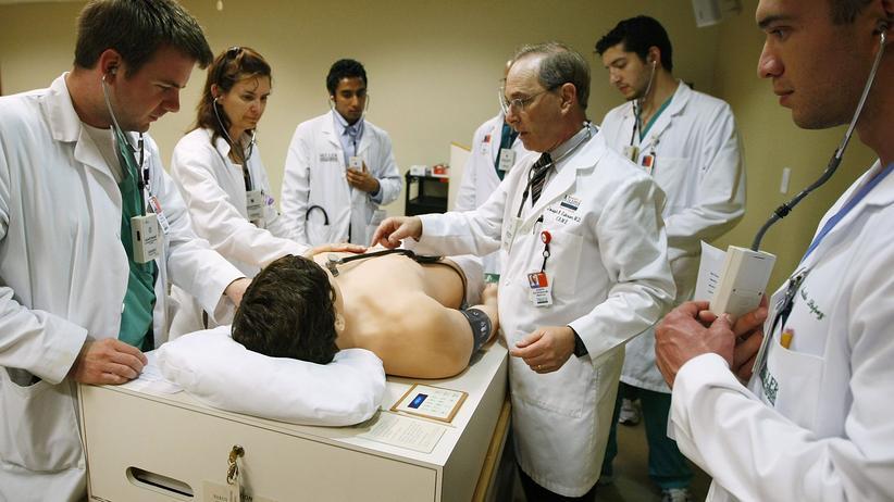 Medizinstudium: Studenten im Sprechzimmer