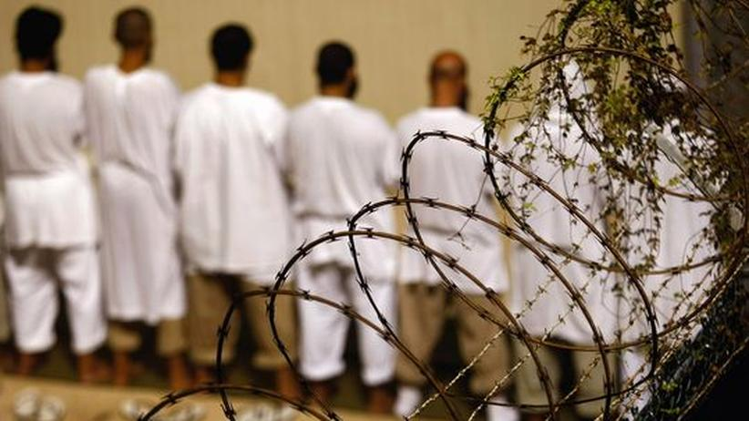 USA: Häftlinge müssen sich im Oktober 2009 im US-Militärgefängnis Guantanamo an einer Mauer aufstellen. Mediziner sollen sich an ethisch verwerflichen Verhörmethoden beteiligt haben, sagt Scott Allen