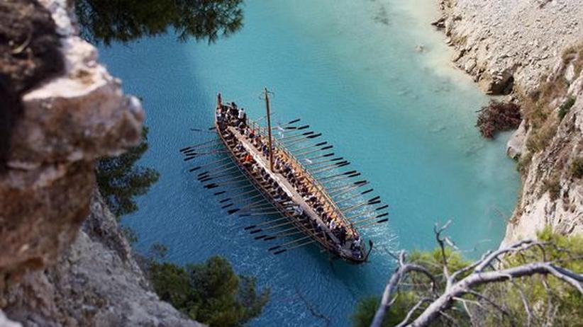 Geschichte der Galeeren: Ein Nachbau der griechischen Galeere Argo nahe der Hafenstadt Volos. Um das Schiff ranken sich zahlreiche Mythen. Es soll bereits um 700 vor Christus im Mittelmeer unterwegs gewesen sein