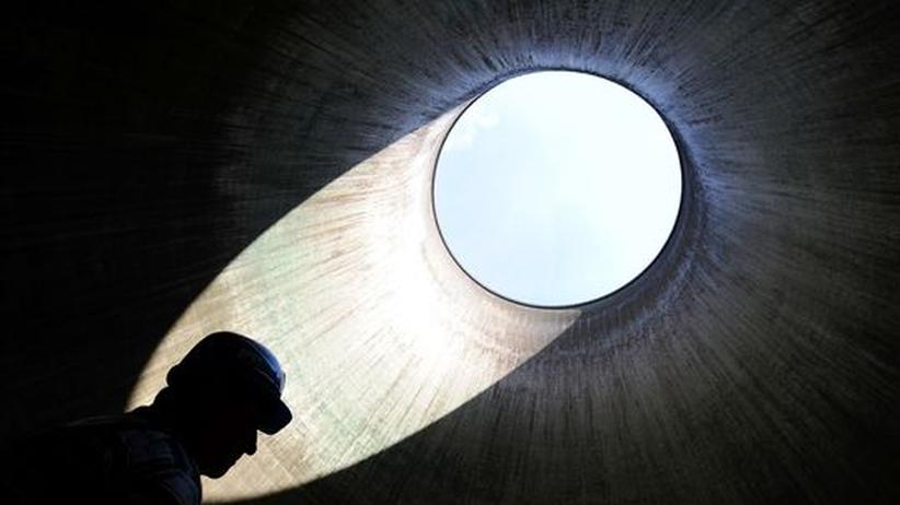 Ein Arbeiter steht in einem der Kühltürme des Atomkraftwerks Grundremmingen in Süddeutschland
