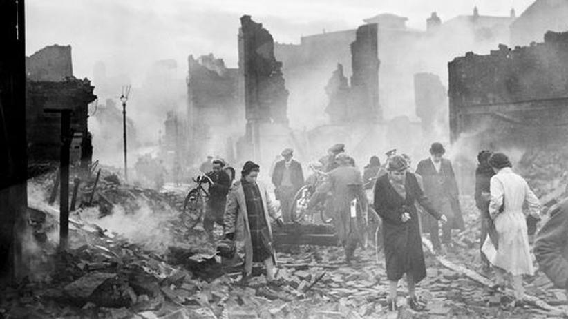 Nach einem Blitzangriff der Deutschen im November 1940 liegt Coventry in Schutt und Asche