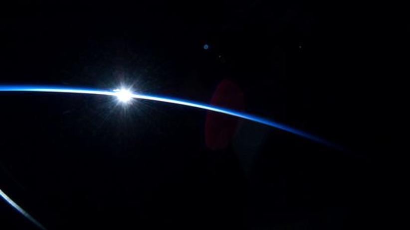 An Bord der Endeavour, Erdumlaufbahn im Februar 2010: Ein Mitglied der STS-130 Shuttle Mission hielt den Sonnenaufgang fest