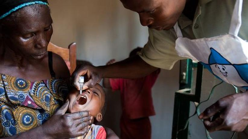 Im Kongo wird ein Kind gegen Polio geimpft