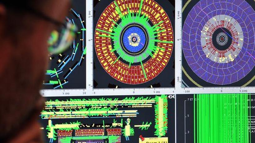 Ein Mitarbeiter des Kernfoschungszentrums Cern schaut auf den Bildschirm