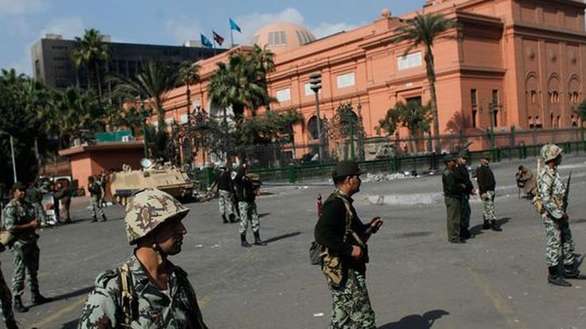 Soldaten bewachen das Ägyptische Museum unweit des Tahrir-Platzes, dem Zentrum der Demonstrationen