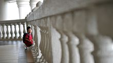 Ein Junge wartet auf dem Flur eines Gerichts