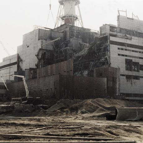 Aufnahme aus dem August 1986: Arbeiter haben bereits Teile des im April zuvor explodierten Reaktorgebäudes mit einem Stahl- und Betonsarkophag ummantelt