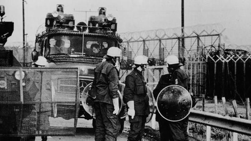 Der Bundesgrenzschutz versucht Mitte der 1970er Jahre eine Demonstration auf dem Gelände des damals in Bau befindlichen AKW Brokdorf aufzulösen.