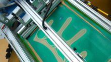 Statt Kunststoffe im Leichtbau zusammen zu nähen, werden sie mittlerweile auch verklebt. Dazu wird zunächst Silikon auf die textilen Stoffe aufgetragen.