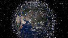 Weltraumschrott im All: Die hier kartierten Trümmer sind übertrieben groß dargestellt. Mini-Satelliten könnten sie künftig überwachen.