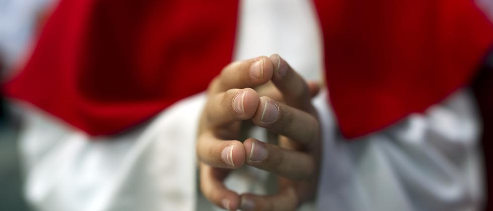 Ein Messdiener im Gebet