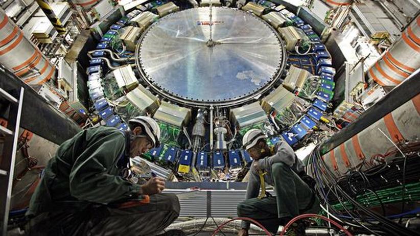 Ingenieure installieren im ATLAS-Detektor des Teilchenbeschleunigers LHC Messinstrumente (Archivfoto).