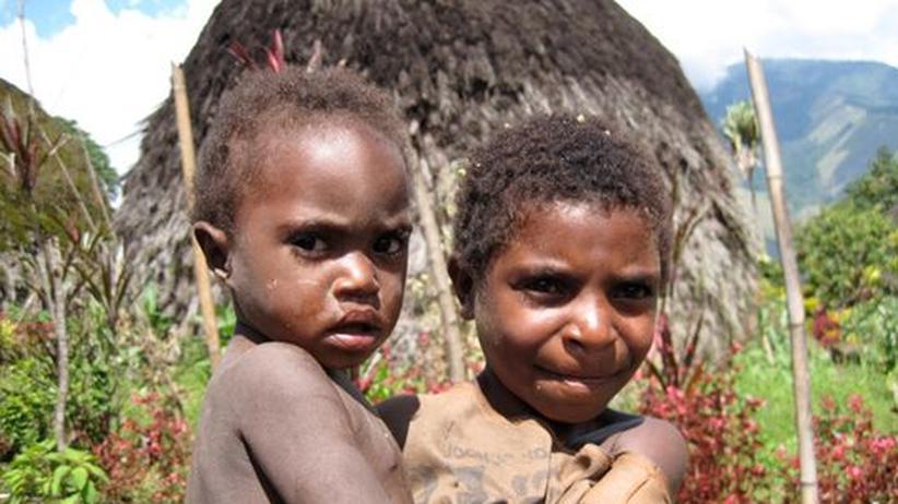 Zwei Kinder vom Volk der Yupno in Papua-Neuguinea
