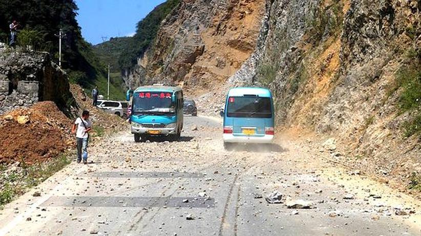 Naturkatastrophe: Felsbrocken sind auf eine Straße an der Grenze zur Provinz Yunnan gefallen, die besonders stark von den Erdbeben betroffen ist.