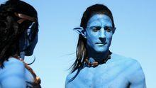 """Ein Darsteller posiert als eine Figur aus dem Film """"Avatar""""."""