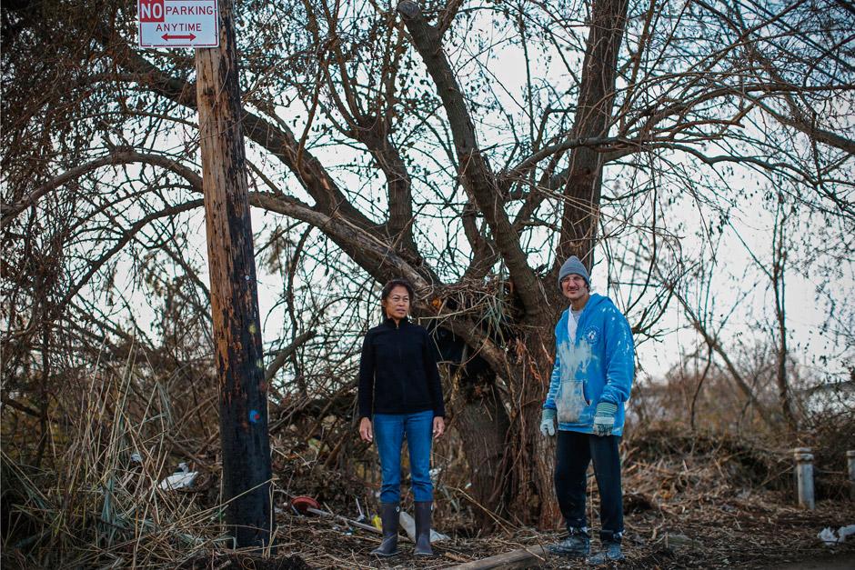 Ein Baum in Oakwood Beach war die Rettung für die Nachbarn Lisa und Edward Perez. Beide schwammen in einer Flutwelle und fanden hier Halt. Zwei Stunden harrten sie zwischen den Ästen aus, während der Sturm weiter tobte.