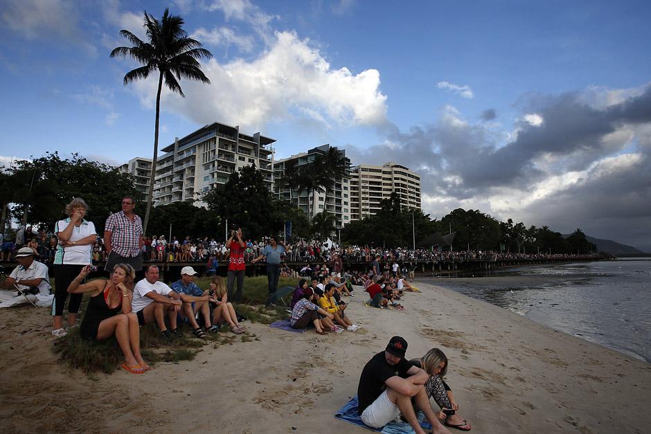 Tausende Menschen haben sich versammelt, um die Verdunkelung zu beobachten. Auch die Touristen im nordaustralischen Cairns warteten – trotz wolkigem Himmel.