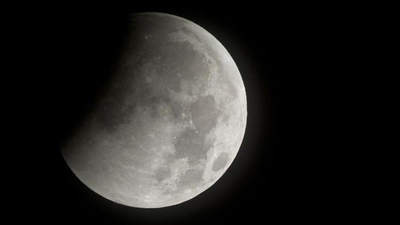 Der Mond im Schatten der Erde, während des Beginns einer Mondfinsternis im Dezember 2010