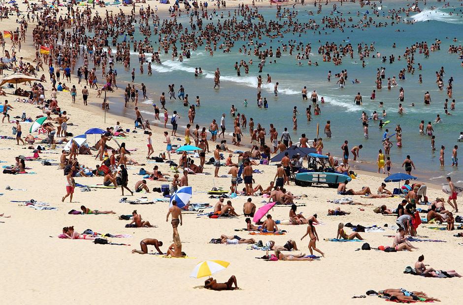 Trotz der extremen Hitze von etwa 43 Grad Celsius haben sich zahlreiche Badegäste am Bondi Strand in Sydney eingefunden.