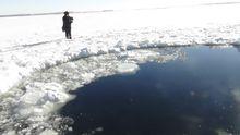 In dem See Tscherbakul ist ein Loch im Eis, das der Meteorit hinterlassen haben soll.