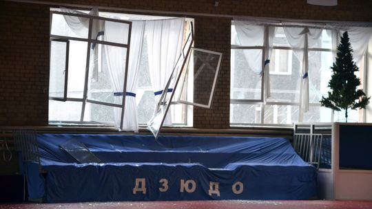 Zerbrochene Fenster und Trümmer in einer Sporthalle in Tscheljabinsk
