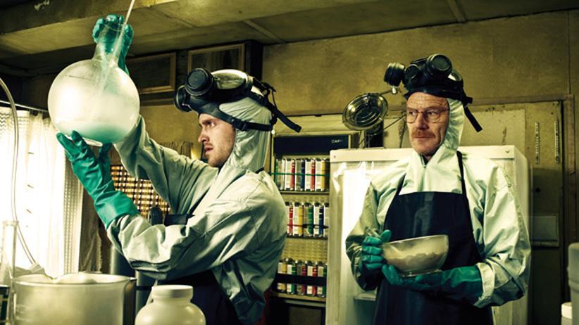 """Walter White (Bryan Cranston, r.) macht in der US-TV-Serie """"Breaking Bad"""" aus Jesse Pinkman (Aaron Paul) einen passablen Chemielaboranten."""