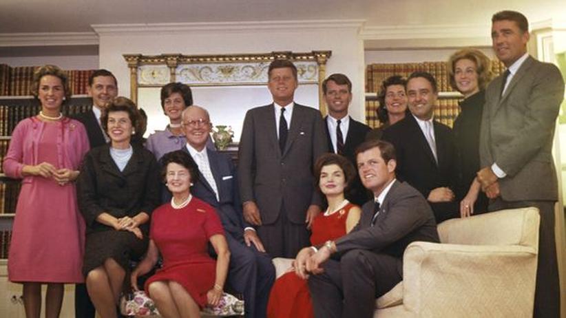 John F. Kennedy: Kurz vor seiner Wahl zum Präsidenten 1960 lässt sich John F. Kennedy im Kreis seiner Familie fotografieren.