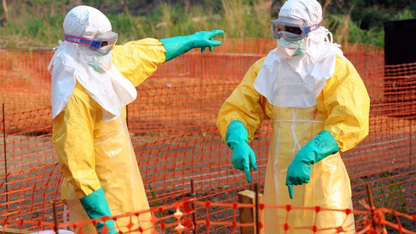 Ebola: Mitarbeiter der Ärzte ohne Grenzen in Schutzanzügen (Archivbild)