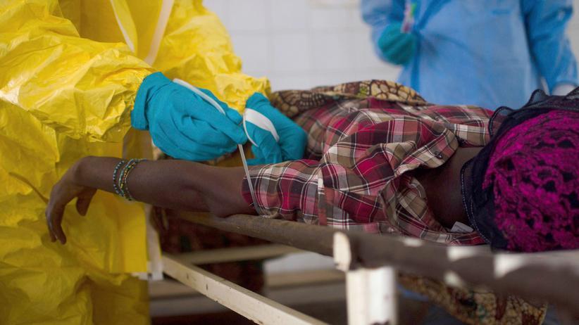 Ebola-Epidemie: Mediziner nehmen eine Blutprobe bei einer Patientin.