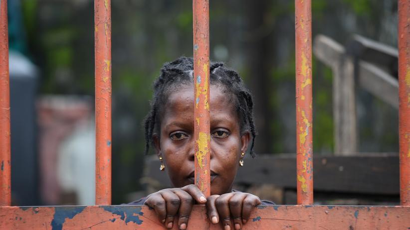 """Ebola in Westafrika: Der Stadtbezirk """"West Point"""" in Liberias Hauptstadt Monrovia ist wegen des Ebola-Ausbruchs nun eine Quarantänezone. Zäune trennen die Bewohner vom Rest der Stadt."""