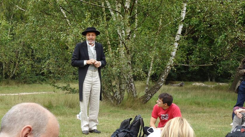 Evolution: Ioan Hefin spricht, verkleidet als Naturforscher Alfred Russel Wallace, zu seinen Anhängern.