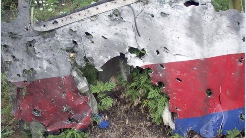 MH 17: Ein mit kleinen Einschusslöchern übersäter Teil des Flugzeugwracks
