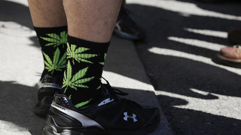 US-Wahlen: In Washington trägt ein Mann am 8. Juli Socken mit Marihuanablättern. An diesem Tag durften Bürger des US-Bundesstaates zum ersten Mal legal Cannabis kaufen.