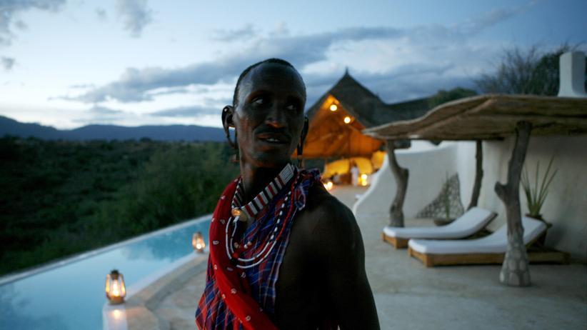 Nachhaltiger Urlaub: Dieser Mann arbeitet in einer mit einem Nachhaltigkeitspreis ausgezeichneten Anlage für Luxus-Ökotourismus bei Nairobi.