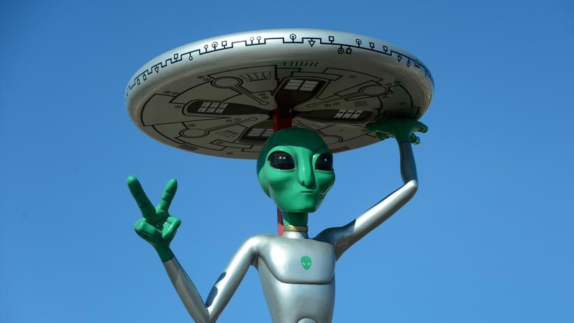 Alienstatue auf einem Parkplatz im kalifornischen Ort Baker