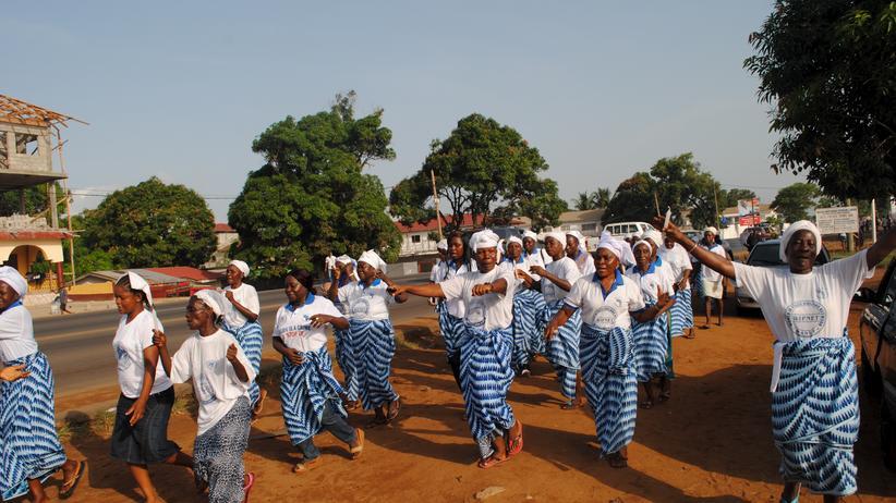 Ebola: Liberia ist seit dem 9. Mai 2015 offiziell Ebola-frei. Die Nachricht wurde gefeiert.