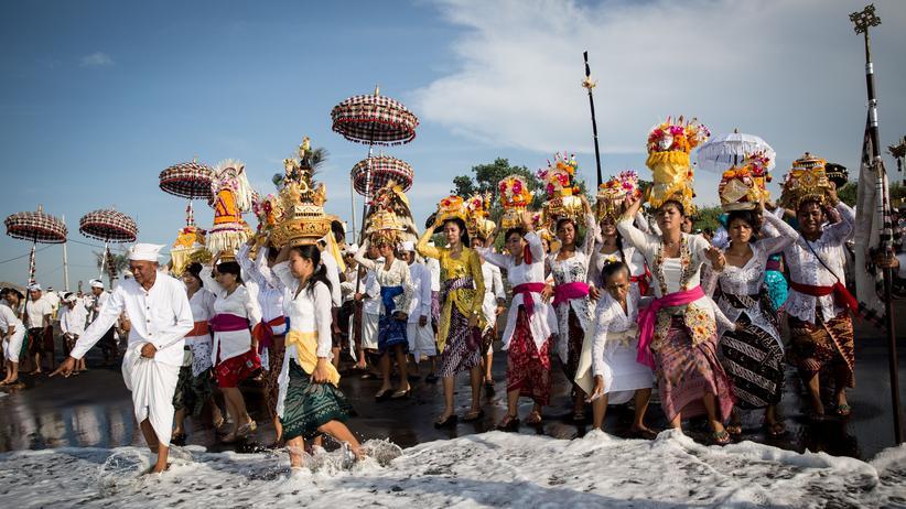 """Hindus bei der Melasti-Zeremonie auf Bali. Das neueste Buch des Ethnologen Nigel Barley trägt den Titel """"Bali – Das letzte Paradies""""."""