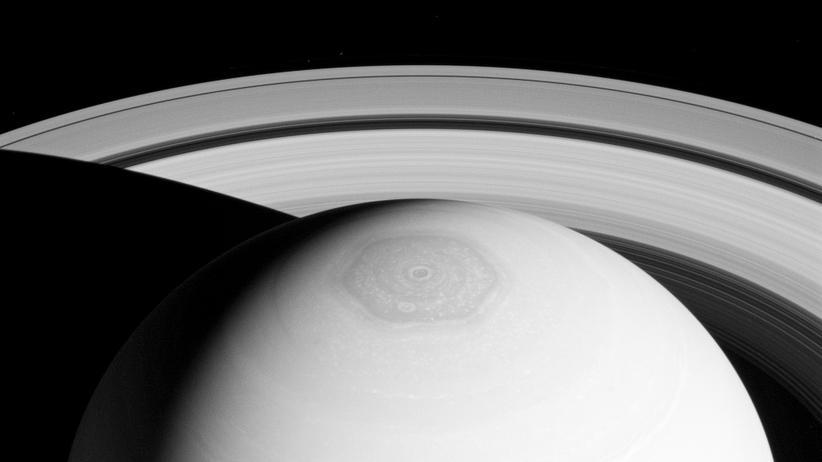 Cassini: Saturns begabte Raumsonde taucht durch Eisfontänen