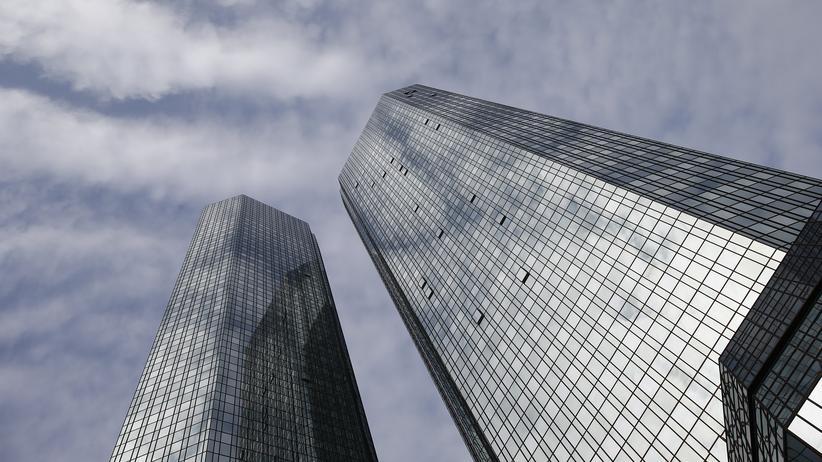 Konjunktur 2016: Ein Geldhaus in Turbulenzen: Die Zentrale der Deutschen Bank in Frankfurt am Main