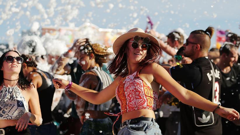 Eine Frau tanzt Anfang des Jahres auf einem Festival in Australien.
