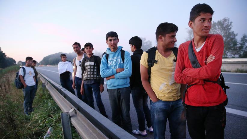 Deutsche Sprache: Afghanische Flüchtlinge an der A3 bei Neuhaus am Inn
