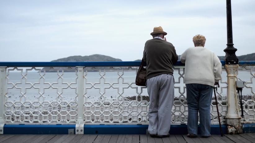 Demenz: Senioren auf einem Pier in Wales