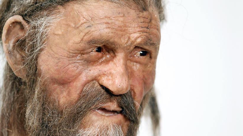 So soll der Ötzi ausgesehen haben. Die Statue wurde anhand der Mumie konstruiert.