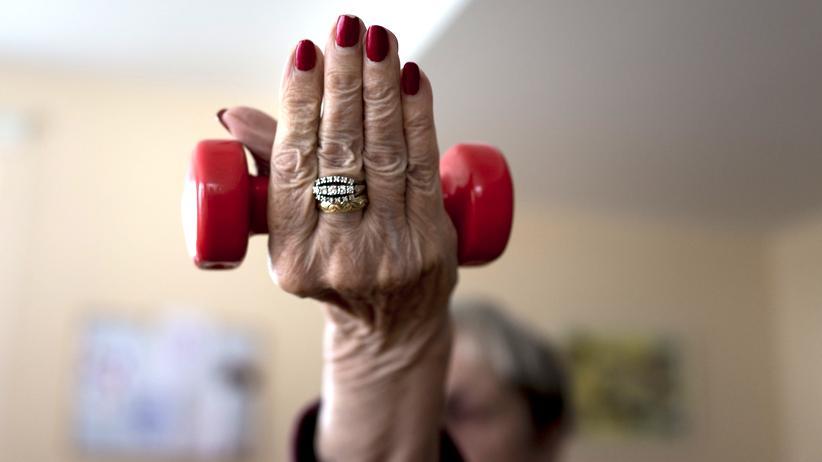 Alzheimer: Motoriktraining in einer Seniorentagesstätte