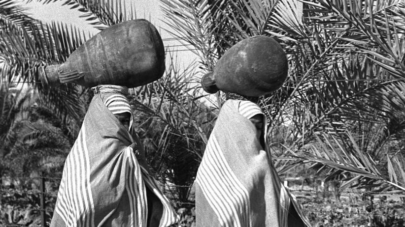 Kolonialismus: Verschleierte Frauen in Deir El Ballah, Gazastreifen, im Dezember 1956.