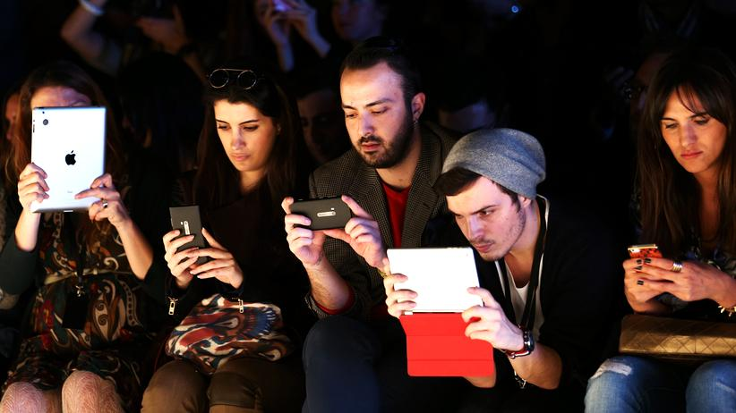 Online-Kommunikation: Hauptsache ein Foto und ein Tweet: Auf der Fashion Week in Istanbul vor drei Jahren scheint das wichtiger, als den Models auf dem Laufsteg zuzuschauen.