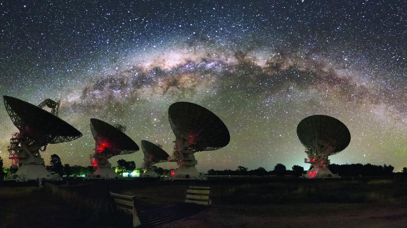 Teleskop in starry night milchstraße und teleskop astronomie