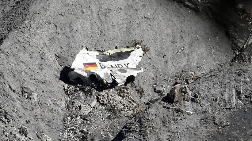 Germanwings-Absturz: Ein Wrackteil des zerstörten Germanwings-Airbus liegt im März 2015 in einem Felsmassiv der Alpen. Das Maschinenkennzeichen D-AIPX ist darauf zu lesen.